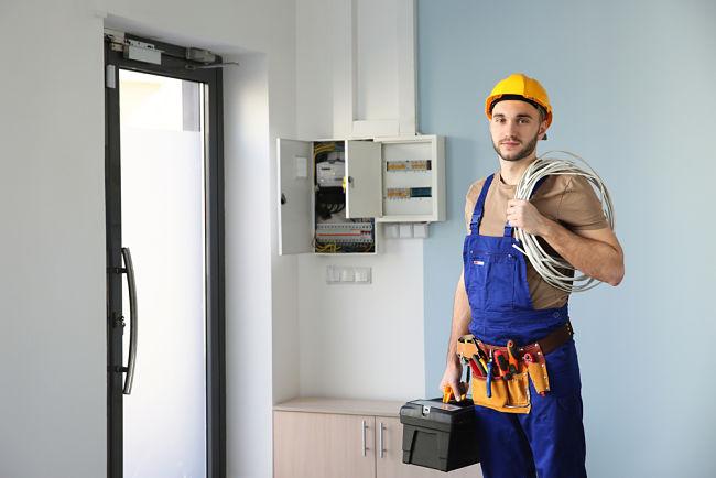 Elektrikář na odchodu z domu.