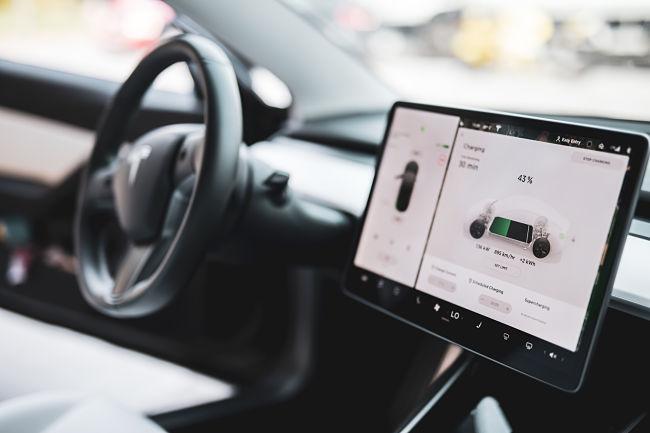 Ultrarychlá stanice dobíjí baterii elektromobilu.