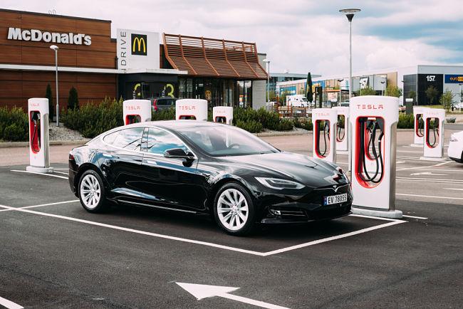 Elektromobil Tesla u nabíječky ve Švédsku.