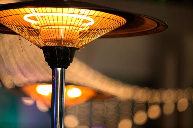 Elektrické infrazářiče vytváří teplo skrz ohřívací těleso, které produkuje infračervené záření.