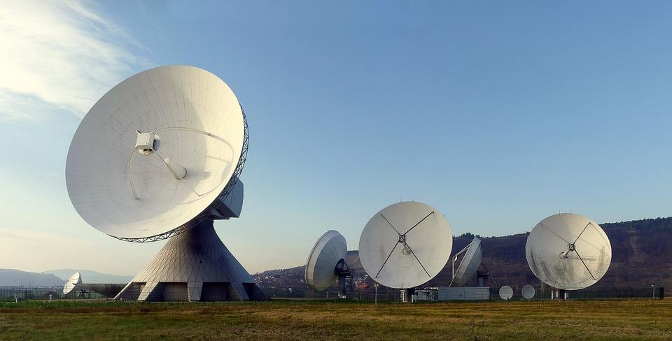 Radary vyhledávají cíle prostřednictvím elektromagnetického záření, respektive rádiových vln.