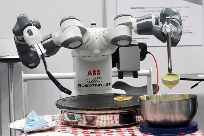 robotické ruce, které připravují koktejly a vaří