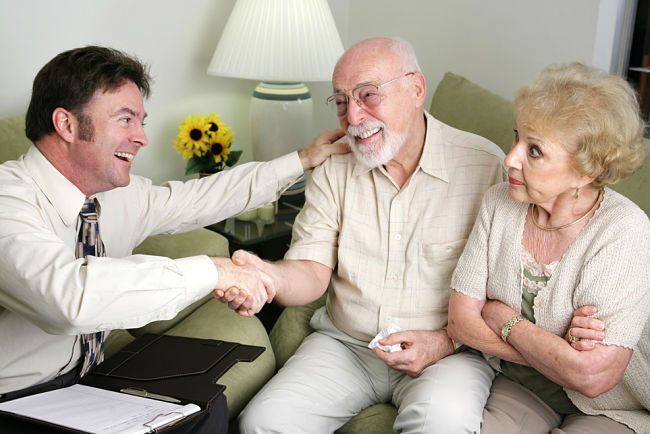Šmejdi budí v lidech důvěru a pocit, že jim opravdu chtějí pomoci ušetřit.