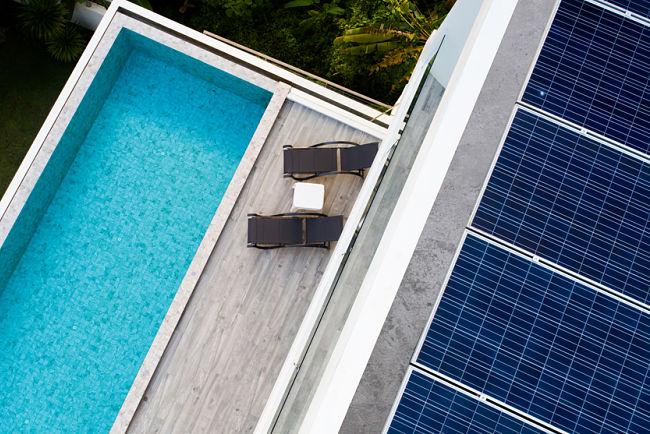 Solární panely se dají využít i k vyhřívání bazénu.