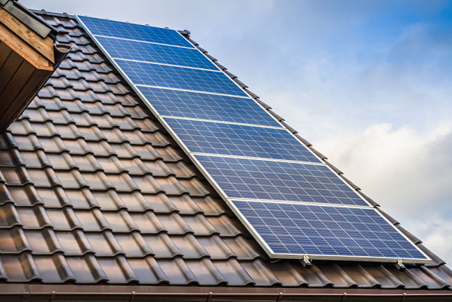 Termické solární systémy umístěné na střeše.