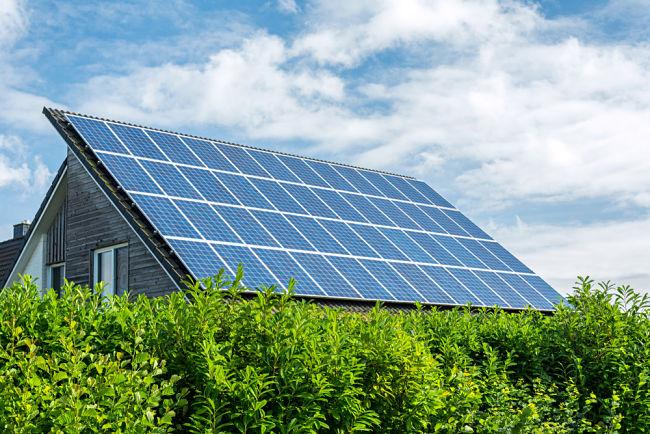Solární panely na nízkoenergetickém domě.
