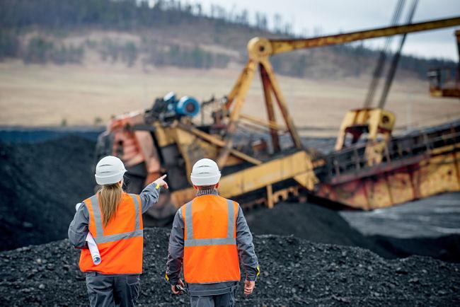Těžba uhlí z povrchového dolu.