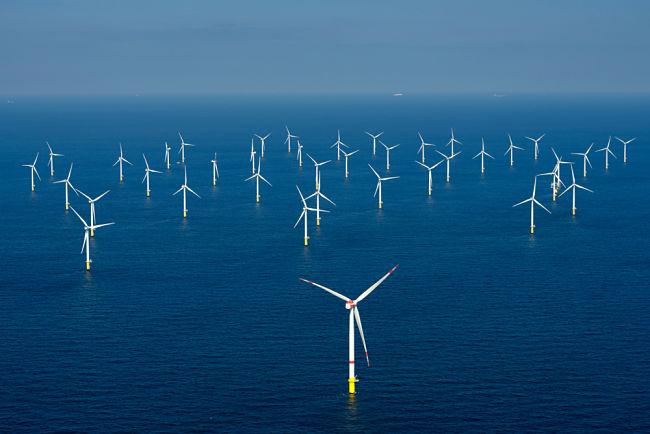 Turbíny větrné elektrárny v moři.