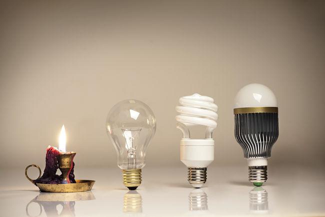 Vývoj žárovky, první byla vynalezena hodinářem Heinrichem Göbelem.