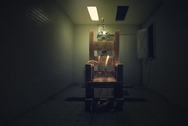 Elektrické křeslo v temné místnosti