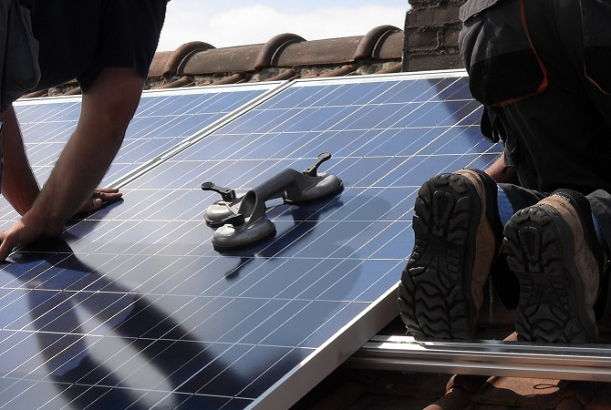 Připevnění panelů na střechu je dnadnější, než si možná myslíte.