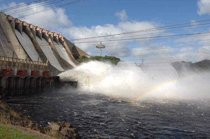Klesající hladina přehrady může Venezuele přinést velké potíže.