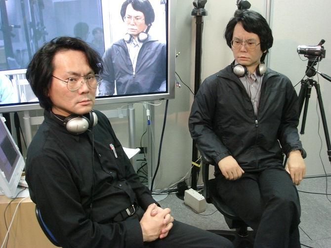 Hiroshi Ishiguro se svým robotickým klonem.
