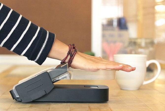 Odcizení ruky se obávat nemusíte, platba funguje pouze při detekování dlaně, v níž proudí krev.
