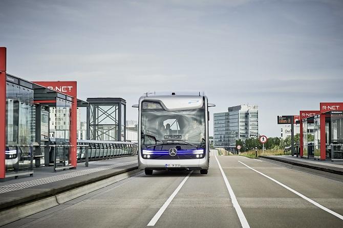 V autobusu prozatím nechybí řidič, který dohlíží na hladký provoz.
