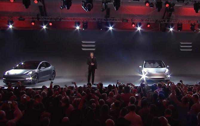 """""""Tak co říkáte?"""" ptá se Elon Musk nadšeného publika."""