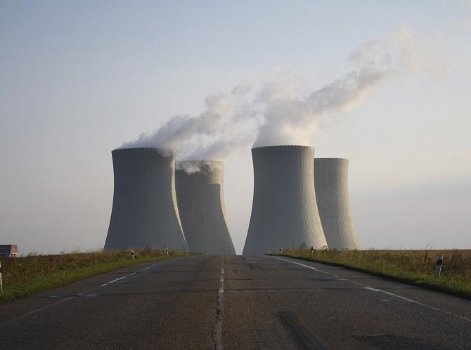 Chladicí věže atomové elektrárny.