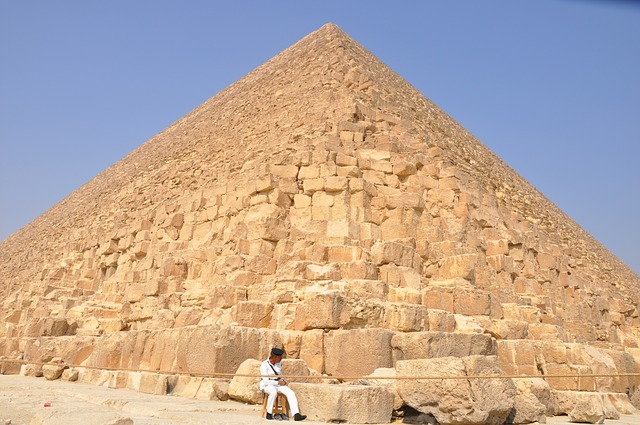 Jak si Egypťané ve spletitých chodbách svých staveb svítili?