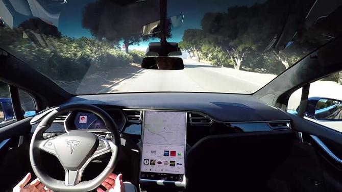 Z videa je patrné, že se řidič během jízdy nedotýká volantu.