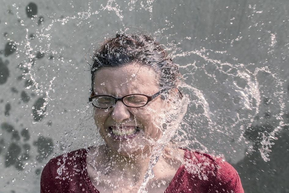 šplouchající voda na ženu