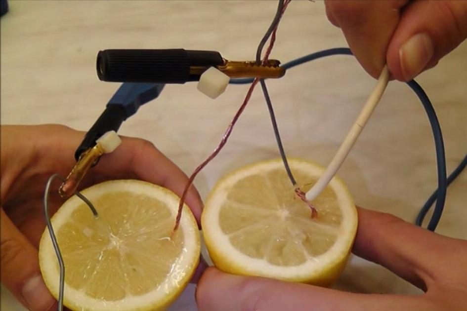 Elektřina z citronu: Zkuste doma rozsvítit LED diodu pomocí zásob z lednice